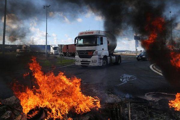 Les accès à la ville du Havre étaient bloqués jeudi matin par plusieurs centaines de syndicalistes, en prélude à la manifestation qui doit traverser la ville.