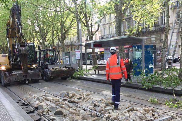 Le chantier sur la ligne C du tram, place des Quinconces, ce lundi 15 avril à Bordeaux.