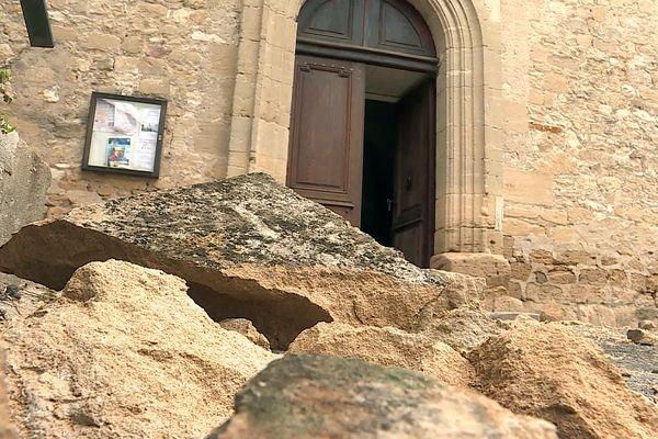 Gard : l'église de Saint-André-de-Roquepertuis touchée par la foudre, son clocher menace de s'écrouler des pierres jonchent le sol - 27 septembre 2021.