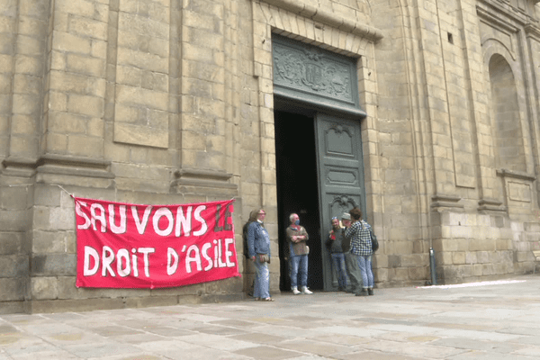 Le collectif d'associations rennaises de droit au logement a investi la basilique Saint-Sauveur