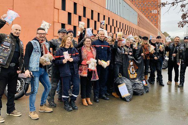 Les motards du Rennes Bretagne Chapter ont fait preuve de générosité et de solidarité envers les sapeurs-pompiers d'Ille-et-Vilaine, en leur apportant 800 peluches pour les enfants pris en charge par les secours.