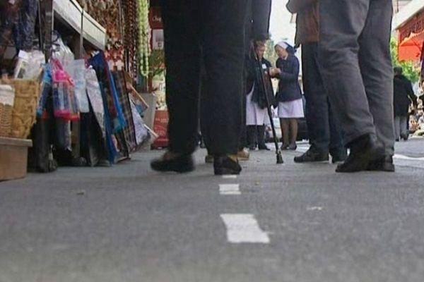 Les rues de lourdes, véritable ghymkhana pour les pélerins