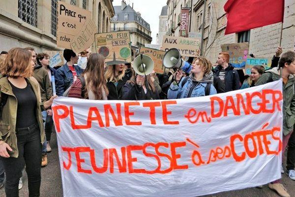 A Dijon, plus d'un millier de lycéens a défilé dans les rues ce vendredi 15 mars 2019.
