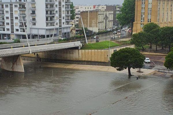 L'une des passerelles permettant de traverser le Lez, à Montpellier, au niveau du Conseil régional, est sous l'eau.