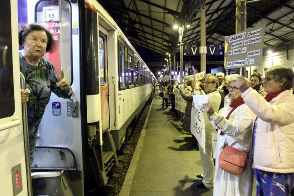 Sur cette photo, le dernier train de nuit la Palombe bleue en gare de Tarbes le 1er janvier 2017.