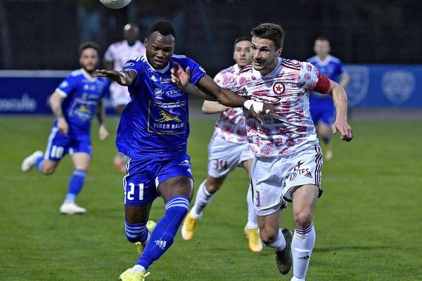 Le capitaine Edouard Dallet, à la lutte avec un joueur de Villefranche (2-2), lors du derby rhodanien le 30 mars 2021