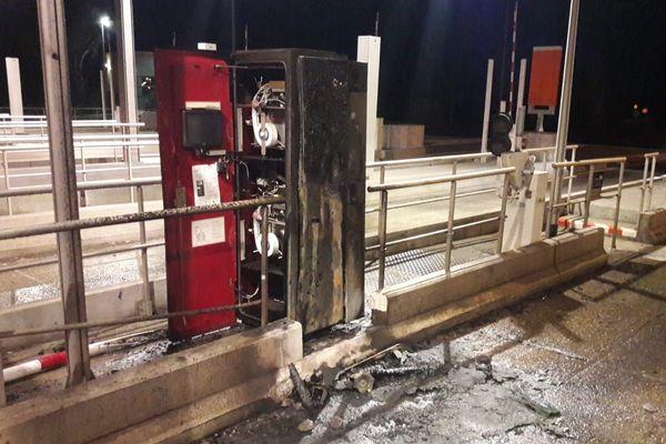 Le péage de Narbonne Est sur l'A9 victime d'un incendie dans la nuit de samedi à dimanche.