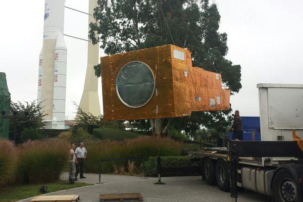 Installation de la réplique à l'échelle 1 du satellite Metop dans le parc de la Cité de l'Espace