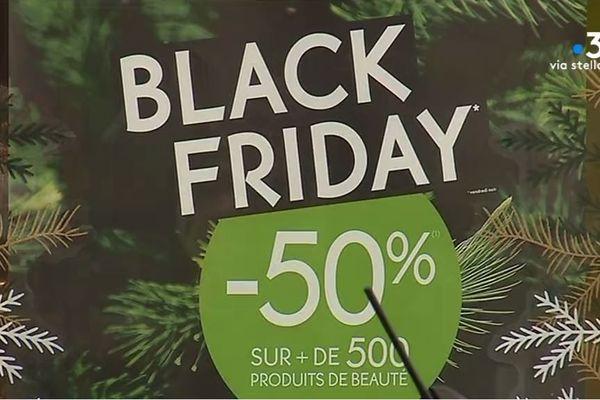 Le Black Friday, une grande journée de promotions à un mois de Noël, très attendue par les consommateurs, mais qui font aussi grincer des dents.
