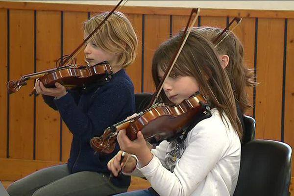 Très concentrés, les élèves répètent avant leur premier concert en public.