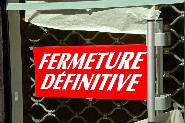 Les panneaux de ce type se multiplient sur les façades des commerces de nos centres-villes. (illustration)