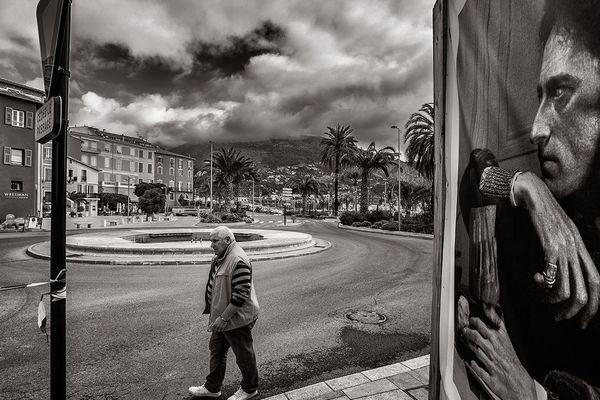 Pendant le confinement, le poète Jean Cocteau veille sur sa ville de coeur et ses habitants.