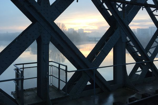 À Rezé, une grenade a été découverte en bord de Loire sous le pont ferroviaire de la ligne de Pornic