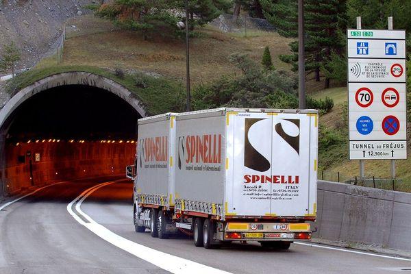 Un poids lourd entre, à Modane, dans le tunnel routier du Fréjus