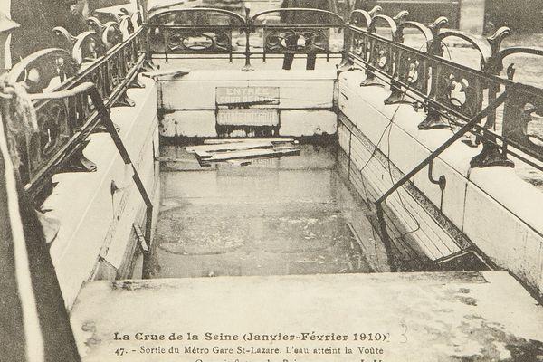 Une bouche du métro Gare Saint-Lazare, en janvier-février 1910, à Paris.