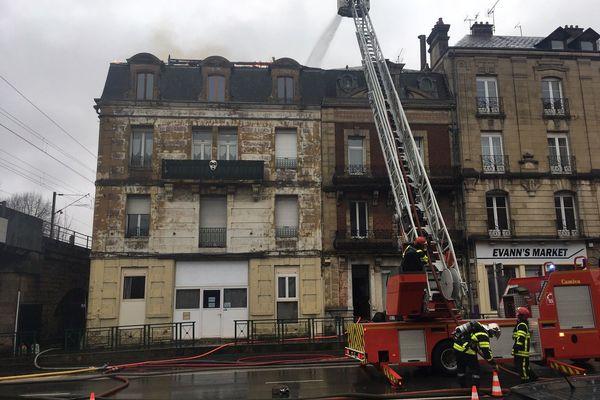 L'incendie s'est déclaré au 58 avenue d'Arches à Charleville-Mézières, près du pont des deux villes. Le feu est parti des combles.