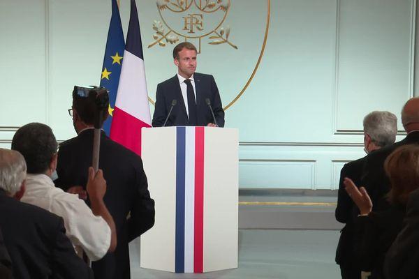 Emmanuel Macron longtemps applaudi après son discours devant les représentants de la communauté harki