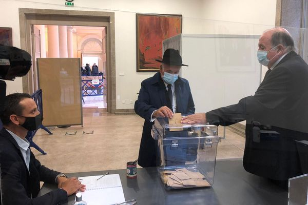 Jean-Jacques Panunzi vote lors du premier tour des élections sénatoriales en Corse-du-Sud.