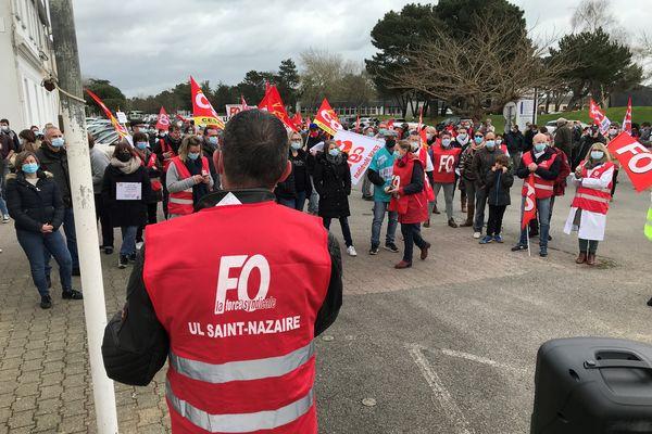 Rassemblement au pied du pont de Saint-Nazaire pour demander l'obtention de la prime de 183 euros pour les exclus du Ségur de la Santé, le 15 mars 2021