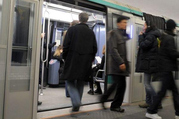 Une personne blessée sur un quai du métro parisien.