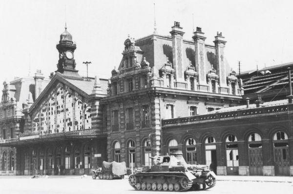 Un blindé allemand devant la gare d'Arras endommagée par les bombardements (photo prise après le 24 mai 1940).