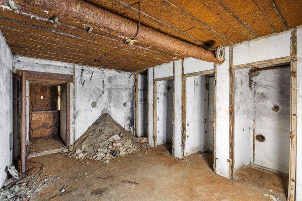 L'intérieur du bunker du poste directeur de tir de la Cité d'Alet est fortement détérioré.