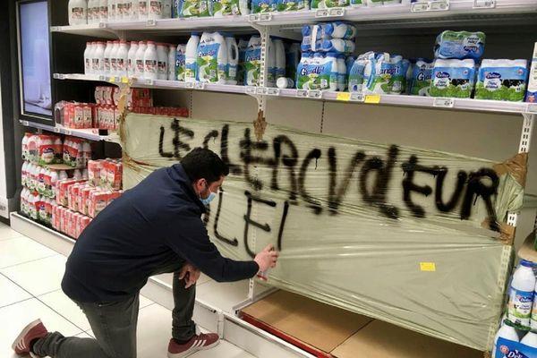 les manifestants ont fait le ménage dans les rayons produits laitiers