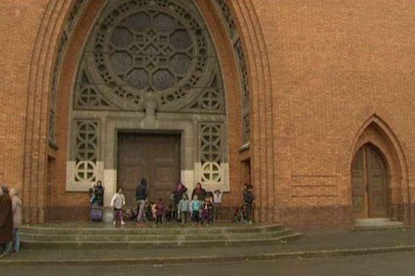 Les roms arrivant à l'église Notre-Dame-des-Victoires de Lille, mardi 13 mai