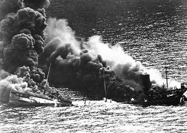 Un navire britannique coulé par l'aviation allemande au début de la Bataille d'Angleterre, à l'été 1940.
