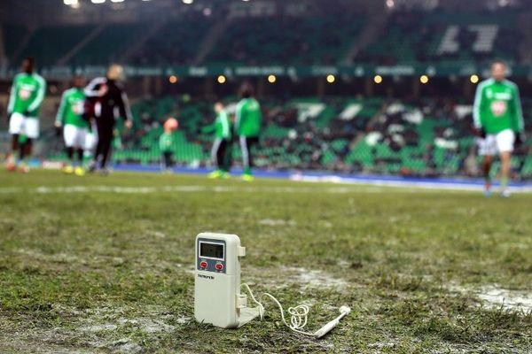 Saint-Étienne : -1,7°C sur la pelouse du stade Geoffroy-Guichard, avant la rencontre ASSE / ETG du 07 décembre 2013. Le match a été reporté à une date indéterminée ...