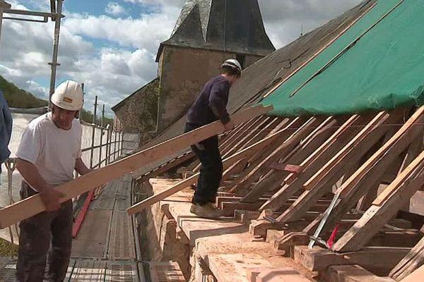Les ouvriers de l'entreprise Asselin de Thouars rénovent la charpente de l'église deCelle-Lévescault dans la Vienne - avril 2019.