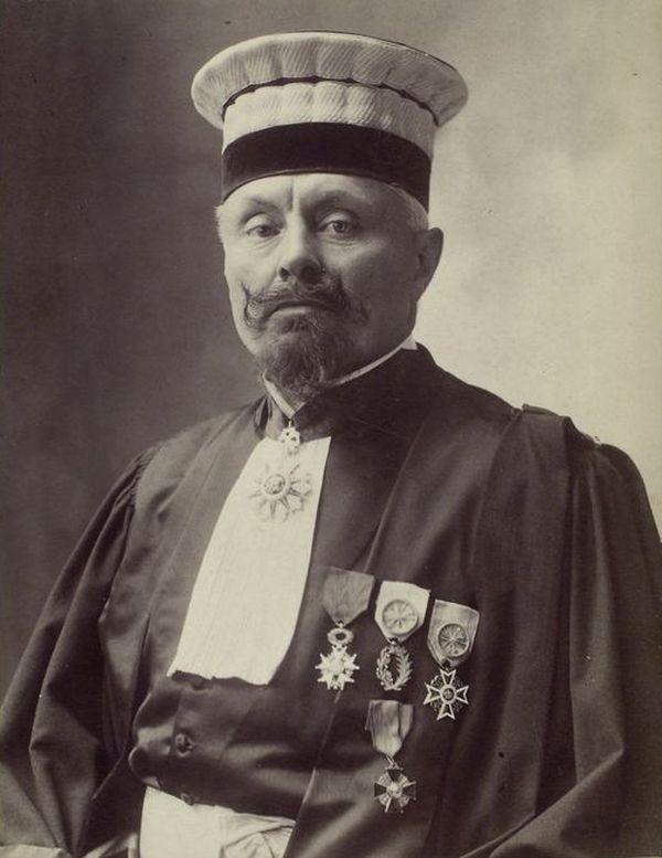 Paul Magnaud photographié avec ses médailles par Paul Nadar.