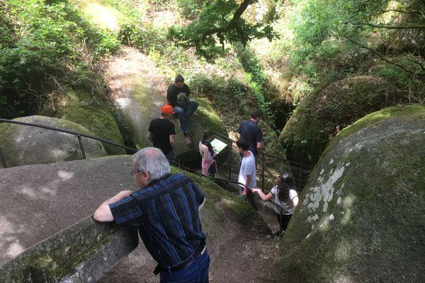Touristes en promenade dans la forêt de Huelgoat