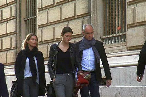 Montpellier - Géraldine Pillet et Jennifer Priez, compagnes des frères Karabatic, arrivent au palais avec leurs avocats - 23 novembre 2016
