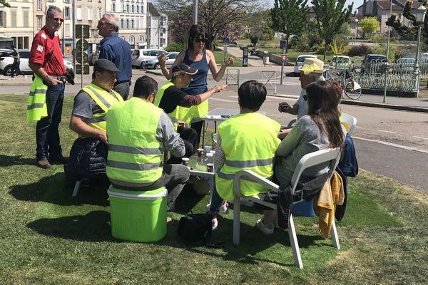 Les gilets jaunes ont déjeuné sur les pelouses de la mairie de Limoges