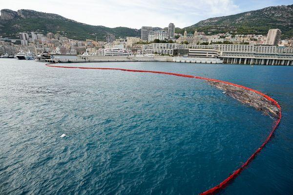 L'entrée du port Hercule, à Monaco, est protégée par un barrage filtrant.