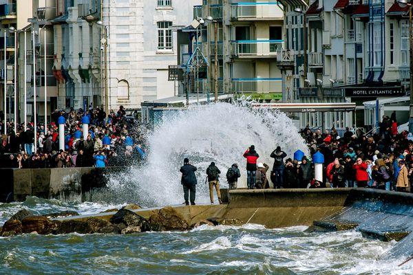 Les grandes marées attirent souvent une foule de curieux sur la digue de Wimereux (Pas-de-Calais). Photo d'archives.
