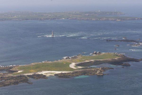 Parc marin d'Iroise : l'île de Bannec et d'Ouessant (en arrière plan)