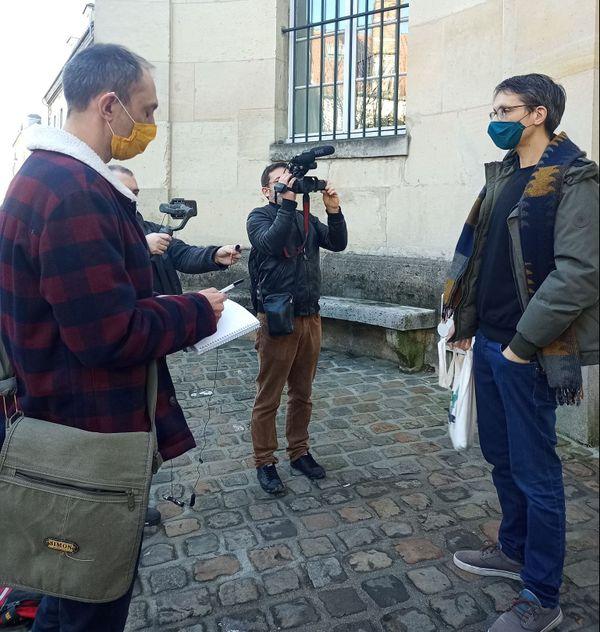 Stanislas Broniszewski répondant aux journalistes devant le tribunal.
