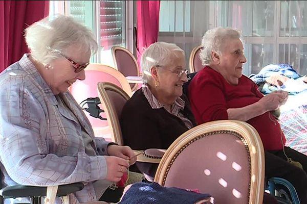 Des pensionnaires d'un Ehpad à Vouneuil-sous-Biard tricotent des carrés pour confectionner des couvertures pour des SDF.