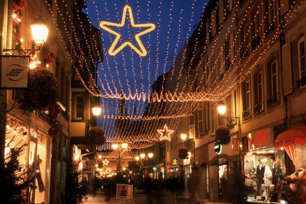 La Grand'rue, artère commerciale majeure de Strasbourg, aux couleurs de Noël.