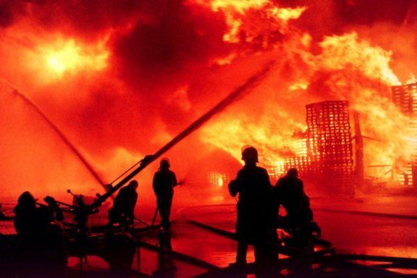 Des pompiers tentent d'éteindre l'incendie, le 1er novembre 1986.