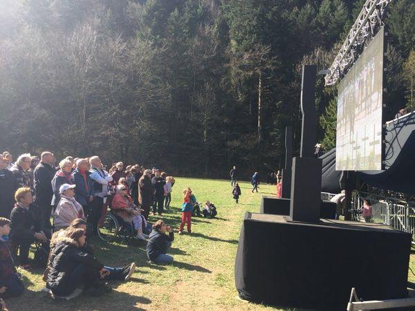 La plupart des participants ont suivi la cérémonie sur des écrans situés à l'extérieur de la Nécropole nationale de Morette.