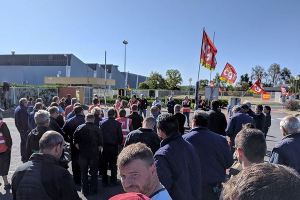 Les salariés des Fonderies du Poitou se sont rassemblés devant l'usine ce jeudi matin 19 septembre.