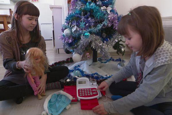 Amélie et Morgane jouent avec leurs nouveaux jouets, obtenus grâce à l'association Agir Ensemble, à Arles-sur-Tech dans les Pyrénées-Orientales.