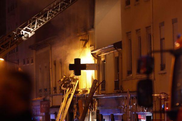 Les pompiers en intervention dans une boulangerie située rue de Vienne à Lyon, dans la nuit du samedi 9 février.