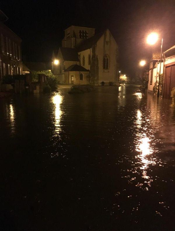 Les rues du centre-bourg de Sennely complètement inondées dans la nuit du 13 au 14 juillet. Une douzaine d'habitants ont été évacués et ont passé le reste de la nuit dans la salle des fêtes de la commune.