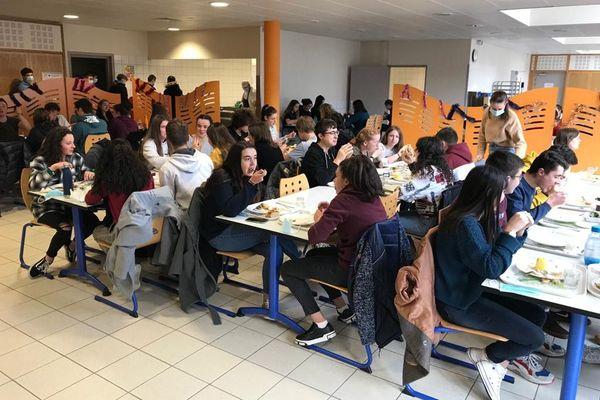Les cours en distanciel ont permis de maintenir l'ouverture du self, un lieu d'accueil indispensable pour les élèves.