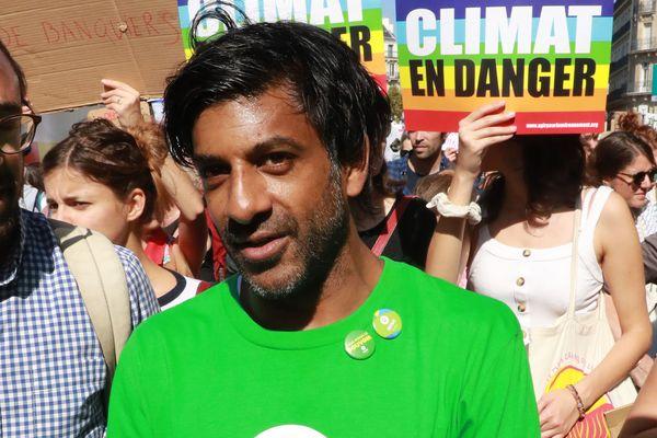 Cette photo prise le 21 septembre 2019 montre l'ancien footballeur français Vikash Dhorasoo lors d'une manifestation contre le changement climatique à Paris. Le 9 novembre 2019, Dhorasoo se présentera à l'élection du maire de Paris dans le 18e arrondissement de Paris avec le parti de gauche La France Insoumise (LFI).