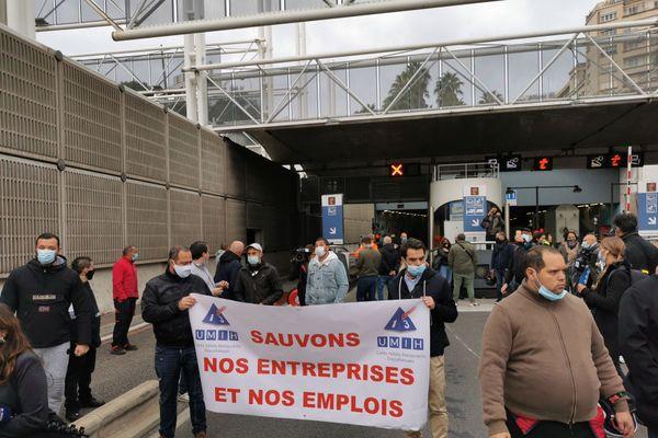 Restaurateurs, fournisseurs, patrons de bars, à l'appel de l'UMIH 13, ils sont venus se faire entendre ce lundi devant le tunnel Prado-Carénage de Marseille.